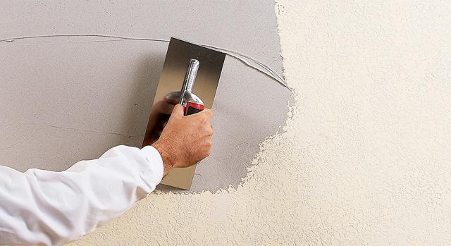 alisando pared con pasta y plana